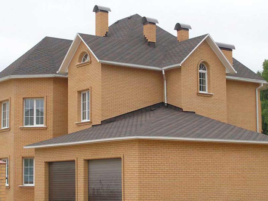 персиковый дом и коричневая крыша фото уже